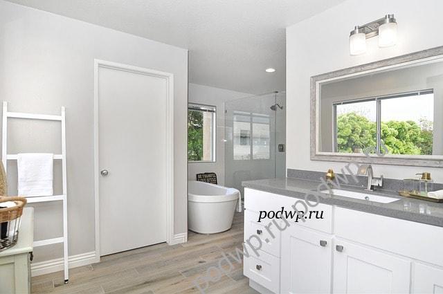Удобство хорошо оснащенной ванной комнаты